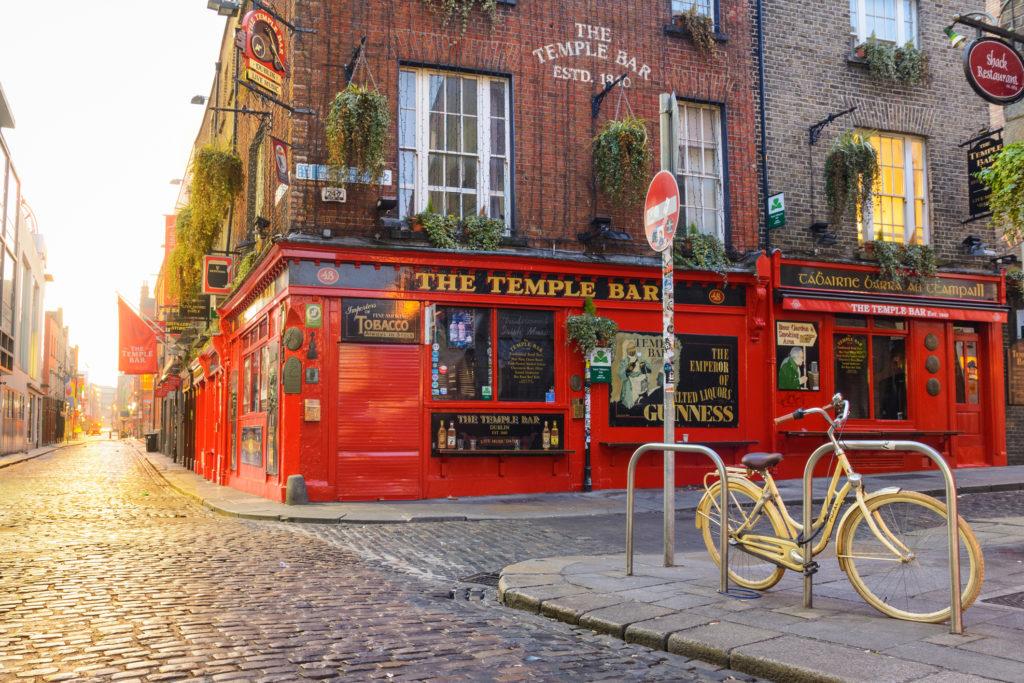 El temple Bar es uno de los típicos bares de este país (Istock)
