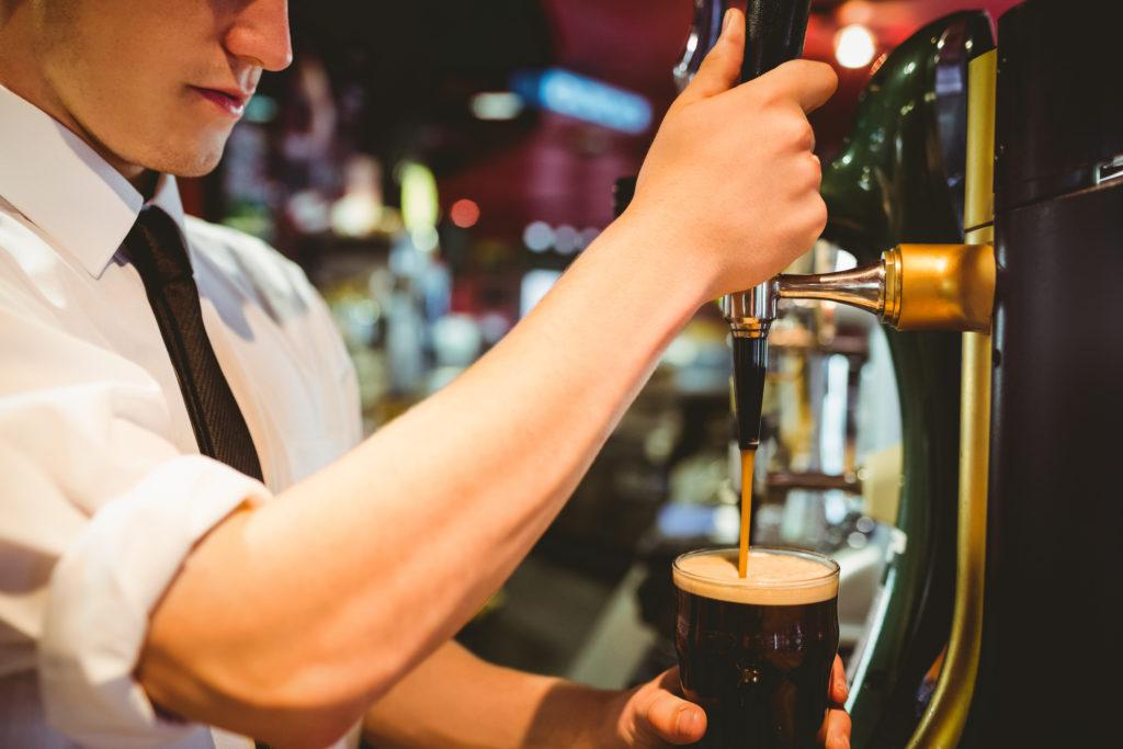 Cerveza negra típica irlandesa a tu servicio (Istock)