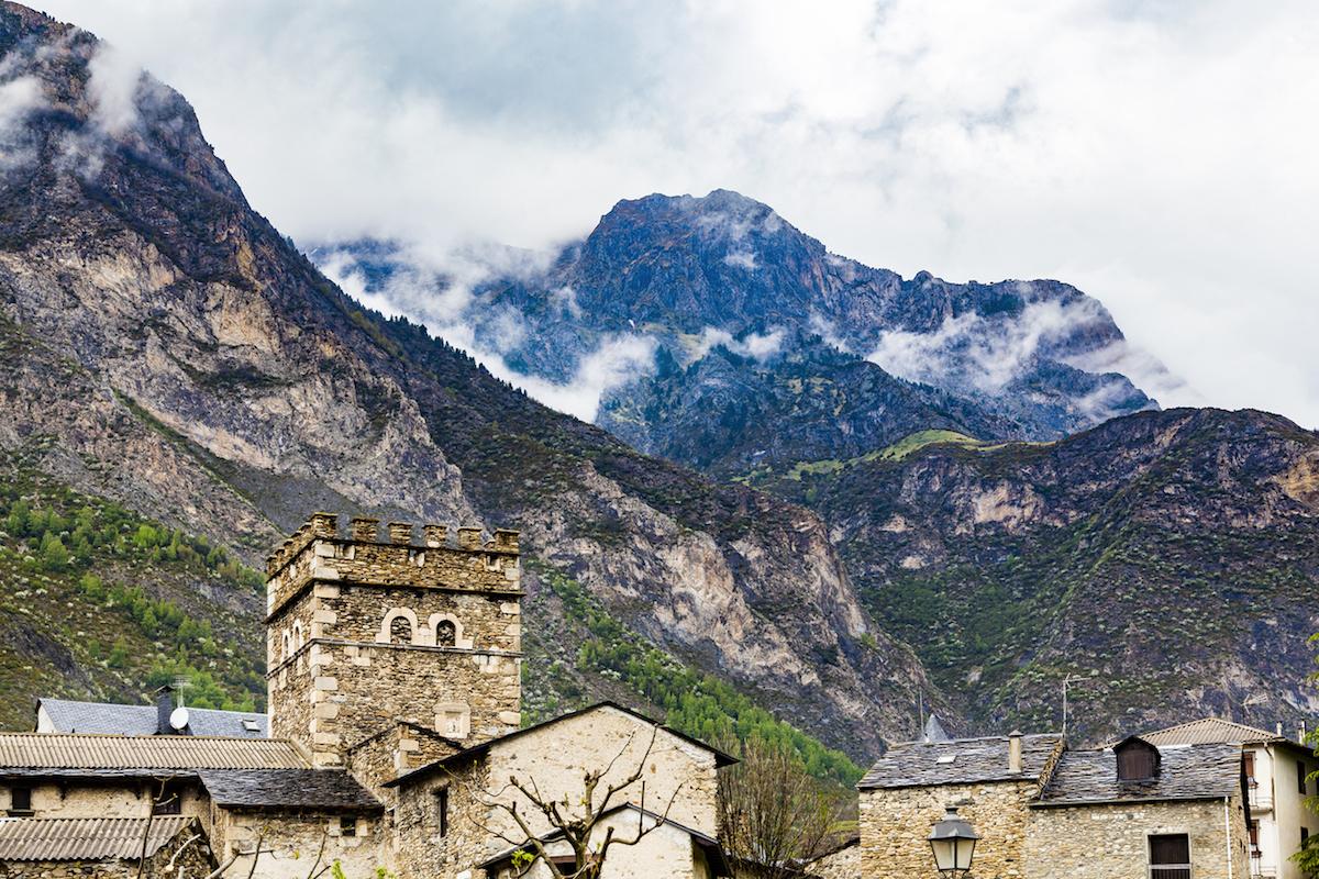 El pueblo de Benasque es uno de los lugares imprescindibles de los Pirineos (iStock).