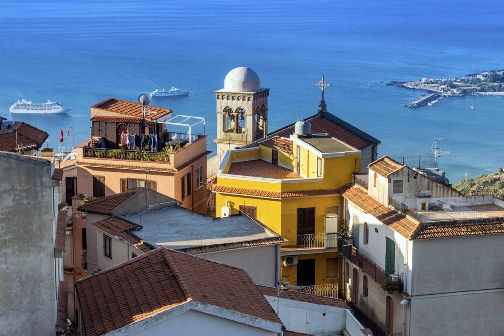 Castelmola, a orillas del Mediterráneo te enamorará. Sus casas sobre el mar y sus enormes vistas te harán querer volver una y otra vez.