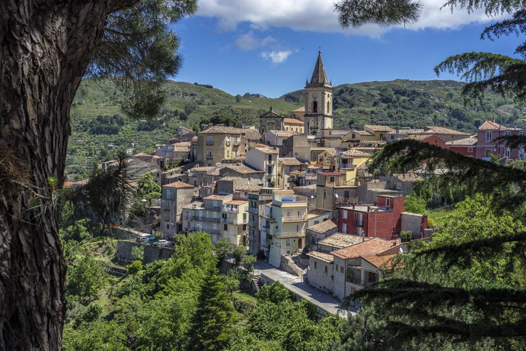 Novara di Sicilia está rodeado de montañas verdes. Respirarás, además de aire limpio, mucha tranquilidad. Si buscas relajación plena este es tu municipio.