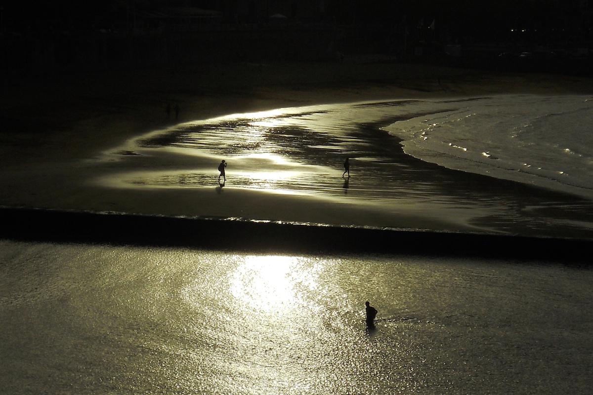 Atardecer en la playa de Isuntza, situada en el casco urbano de Lekeitio, junto al puerto y al parque (iStock).
