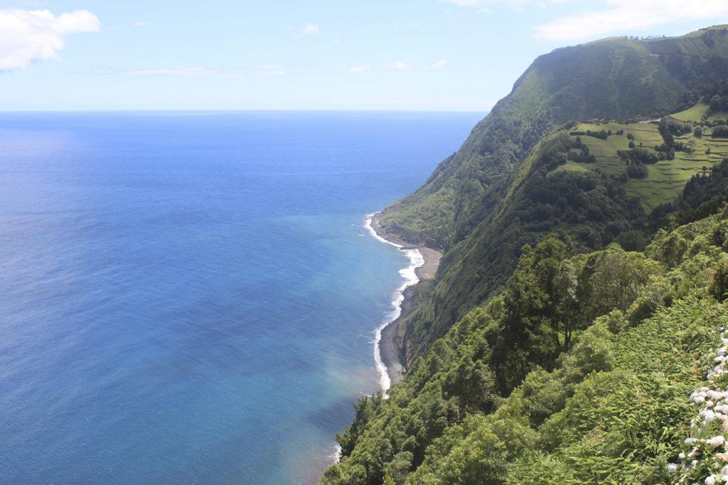 Praia Do Santana, es famosa por sus acantilados, sus majestuosas montañas y su arena negra. (iStock)