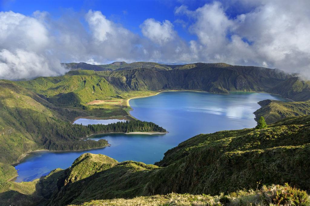Isla de San Miguel, está formada por tres volcanes, que se unieron entre sí a través de sus depósitos de lava y cenizas. (iStock)