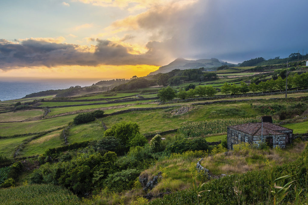 Isla de São Jorge, es la isla de las escarpas y de los acantilados. Son lugares ideales para practicar senderismo. (iStock)