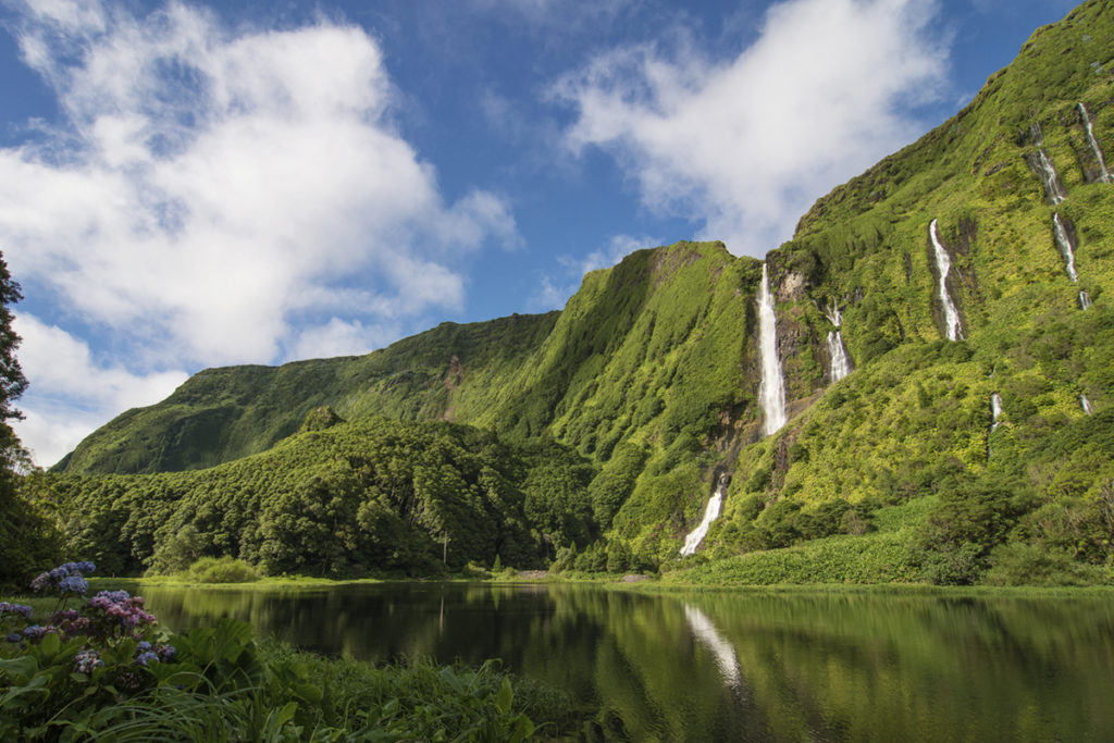Isla de Terceira, es la tercera isla más grande del archipiélago, las fachadas coloridas de las casas le dan un alegre aire caribeño. (iStock)