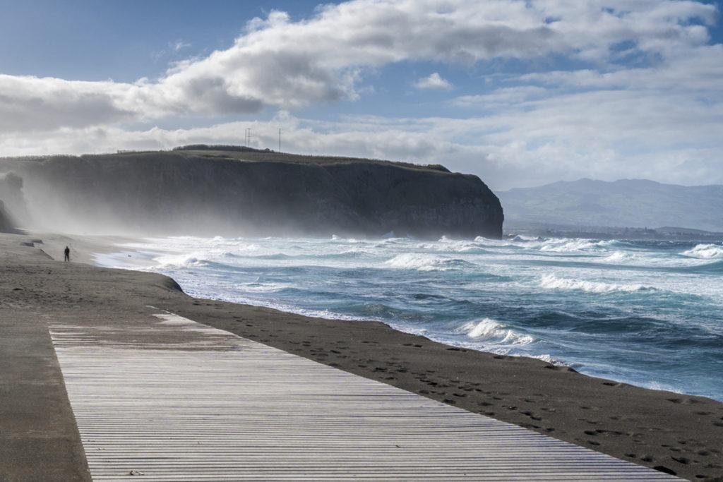 Praia de Santa Bárbara, es una de las más amplias de la isla y, sin dudas, una de las más populares. (Istock)