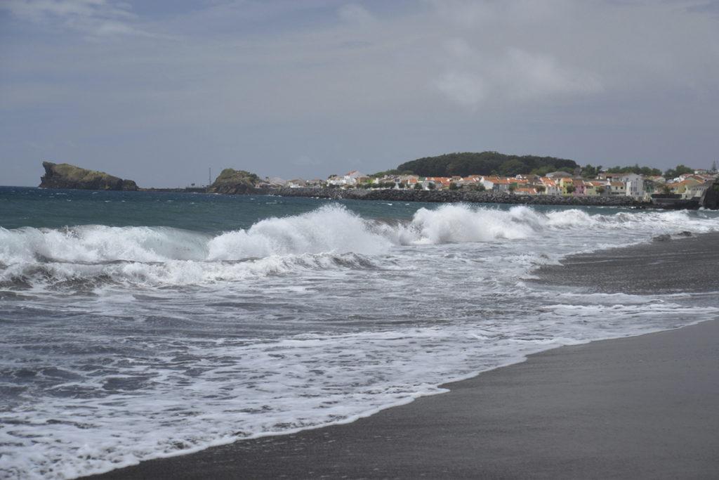 Praia de San Roque, es una playa muy amplia y su cercanía al centro urbano la convierte en la preferida por los habitantes
