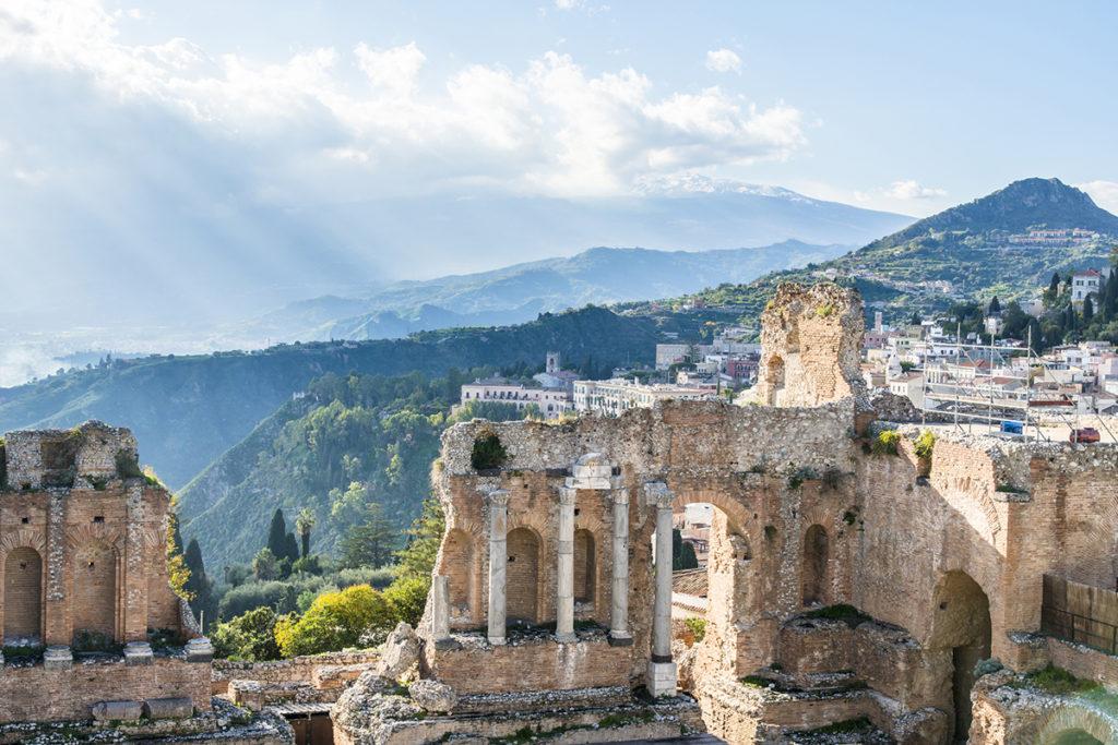 Los restos del teatro de Tormina son visita obligada en Sicilia. Es espectacular (istock)
