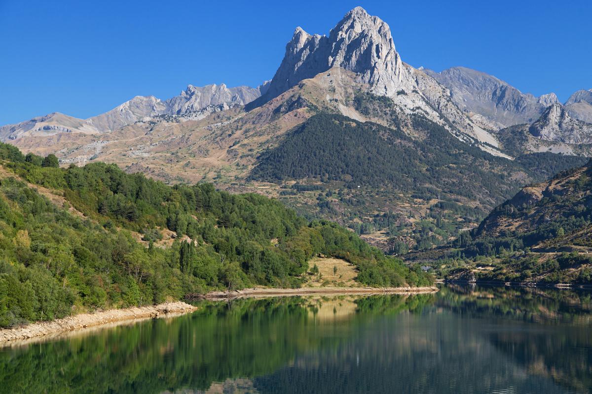 Lago en el valle de Tena, formado en la cuenta alta del río Gállego (iStock).