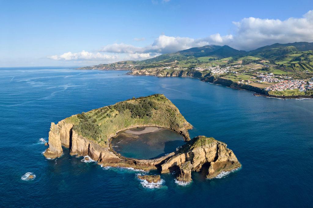 Esta islote con una especie de laguna en su interior no lo verás en ningún lugar del mundo. Sólo en Las Azores.