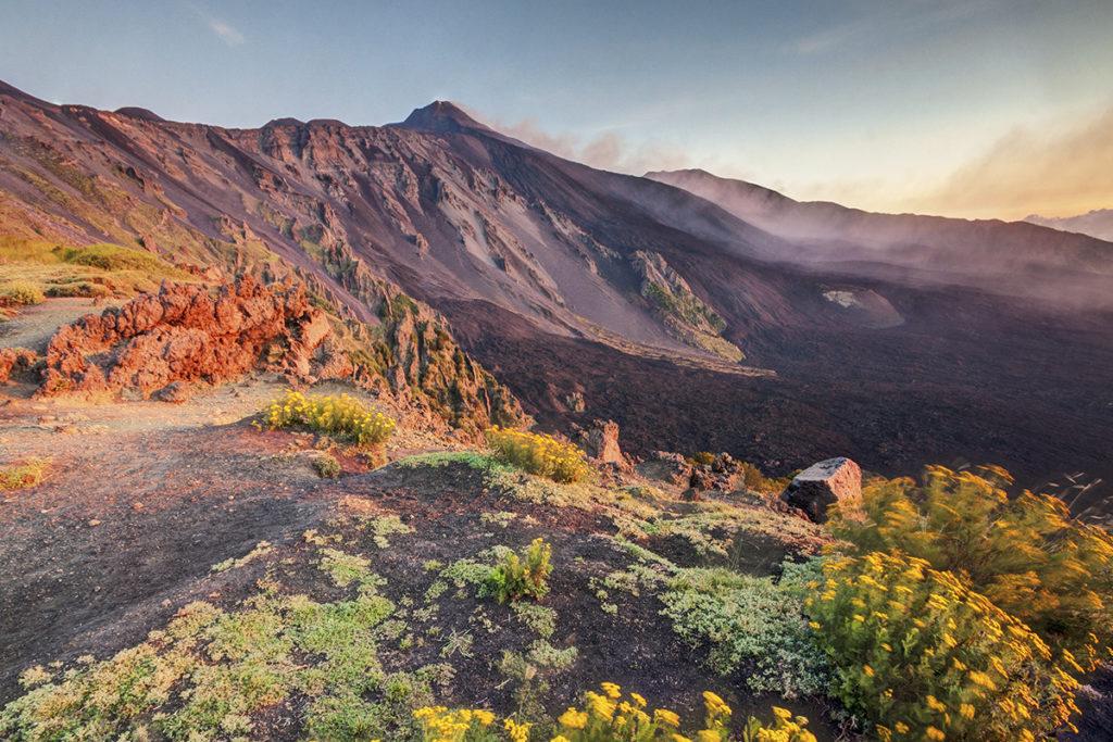 El volcán Etna preside la Isla, la vigila desde lo más alto (Istock).