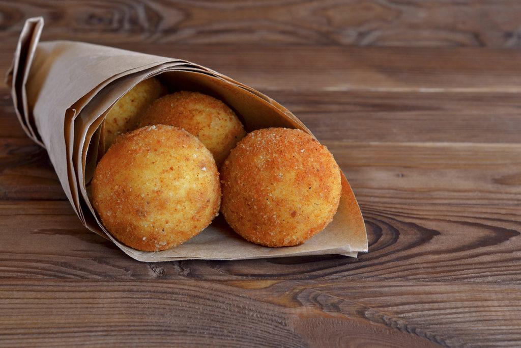 El arancini es un plato muy delicioso. Son una especie de croquetas rellenas de arroz carne y queso. Deliciosas (istock).