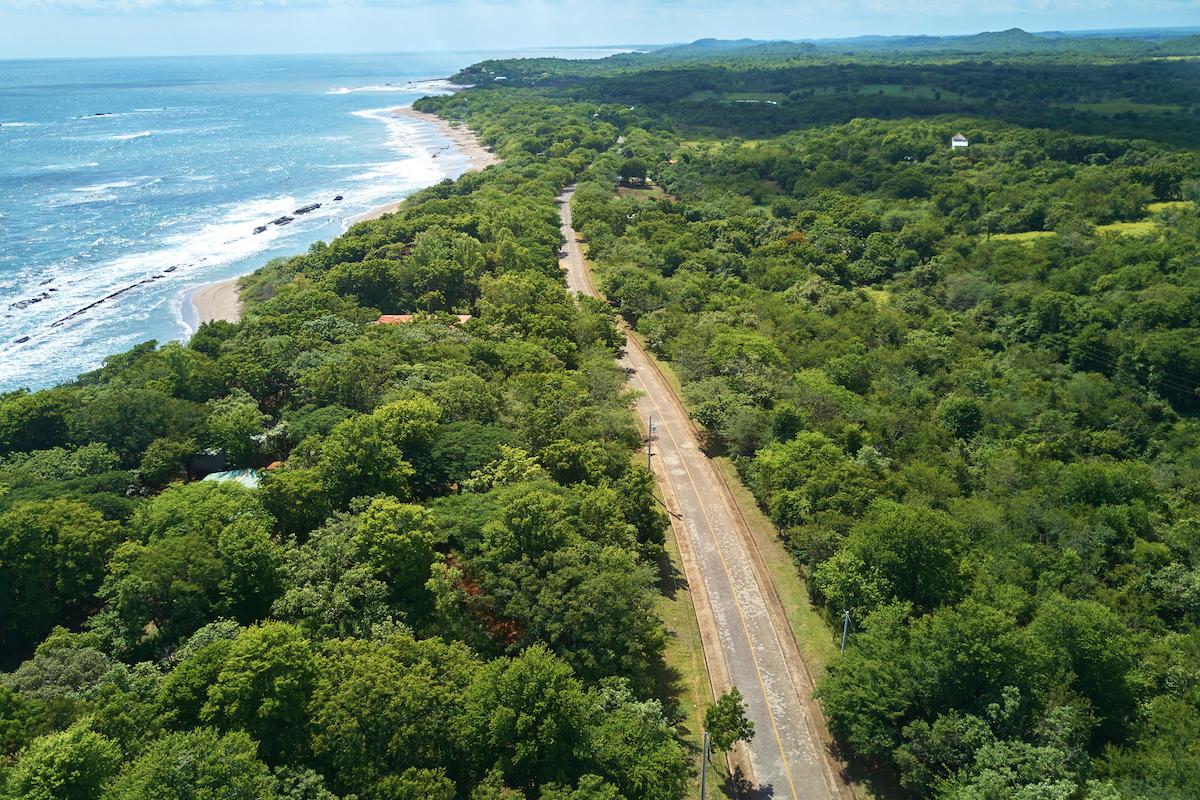 Alquilar un coche y recorrer el litoral pacífico de Costa Rica, ¡planazo! (iStock).