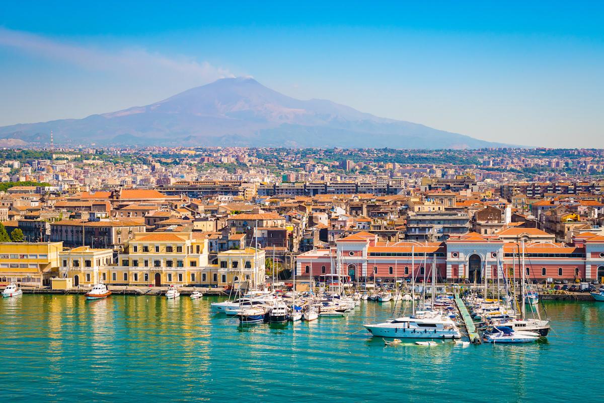 El volcán Etnia, siempre presente en Catania (iStock).