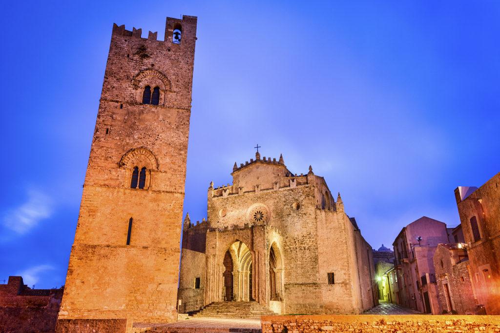 El pueblo de Erice tiene una catedral monumental. Te encantará, así como el resto del pueblo empedrado.