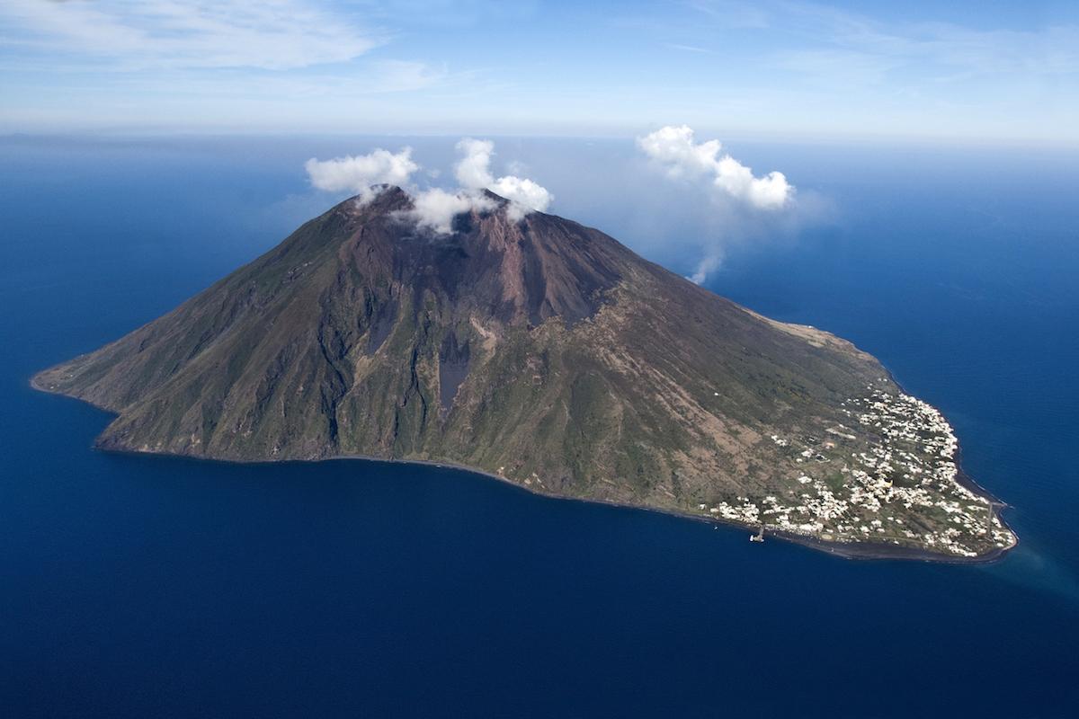 Las Eolias son famosas por sus volcanes. En la imagen uno de los más conocidos, Stromboli (iStock).