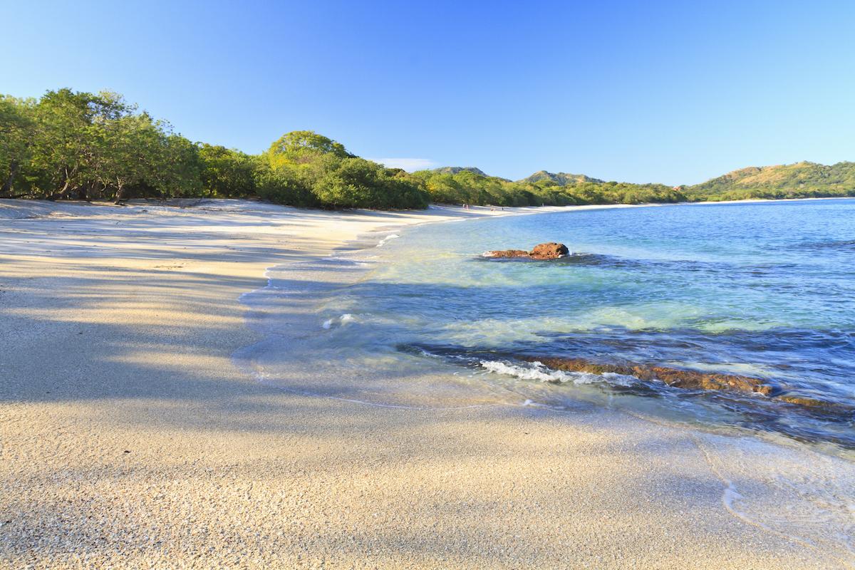 La playa Conchal debe su nombre a las cientos de conchas que se encuentran en la orilla (iStock).