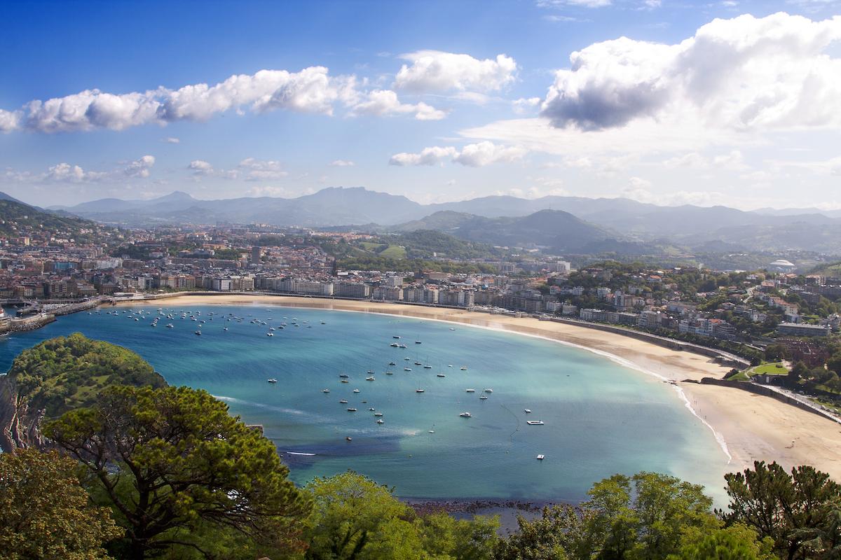 Sobran las palabras al hablar de la Concha, la icónica playa de San Sebastián (iStock).