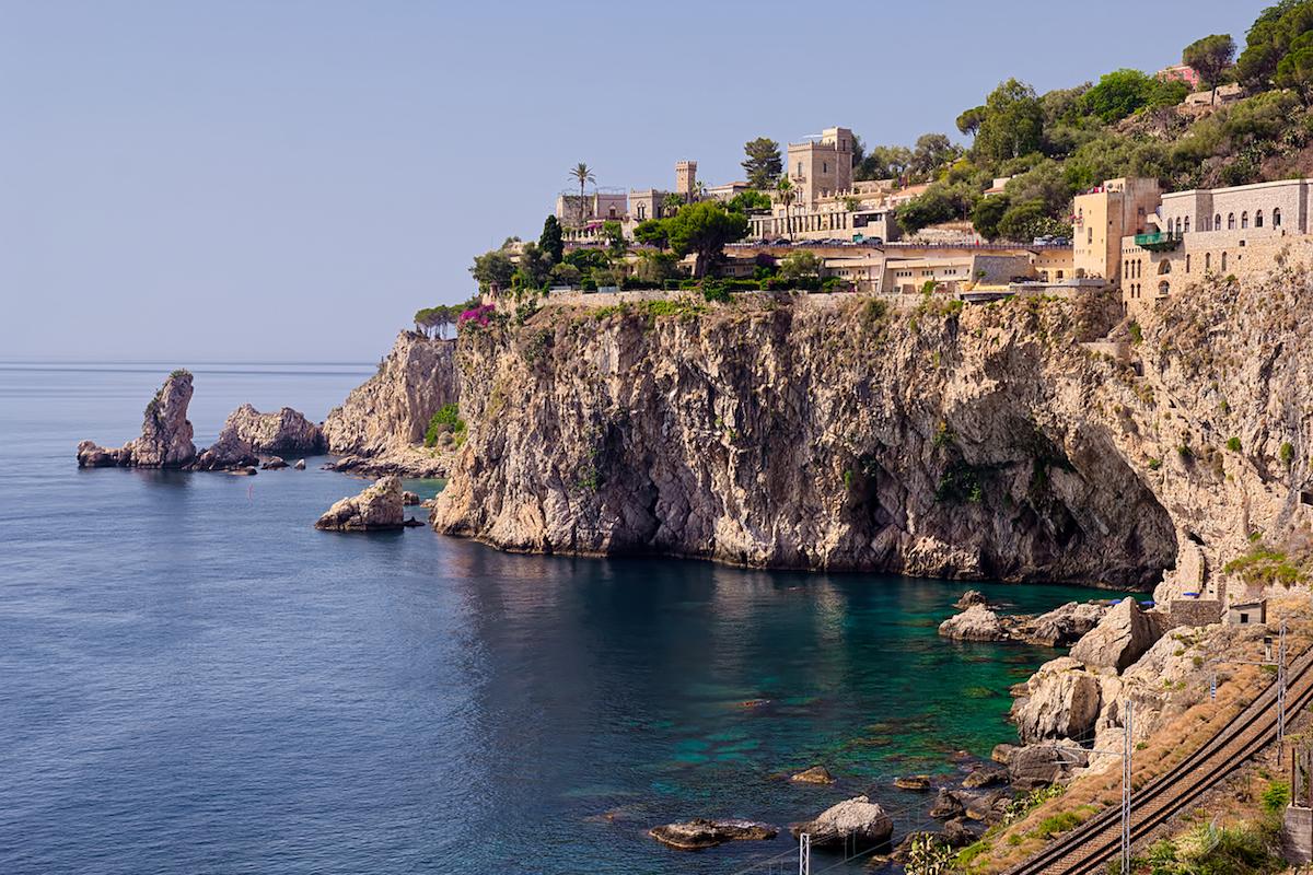 Una foto de postal: vistas de la costa de Taormina (iStock).