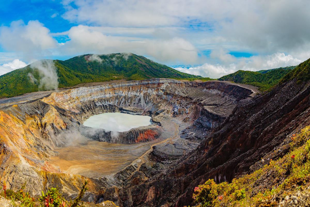 El volcán Poás es el más espectacular de Costa Rica, a 2.700 metros de altitud (iStock).
