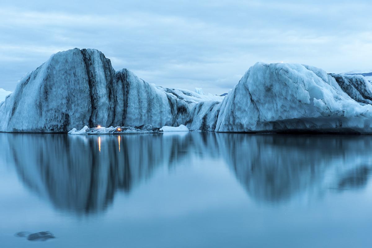 Lago Jökulsárlón es increíble por su impresionantes aguas azules (iStock)
