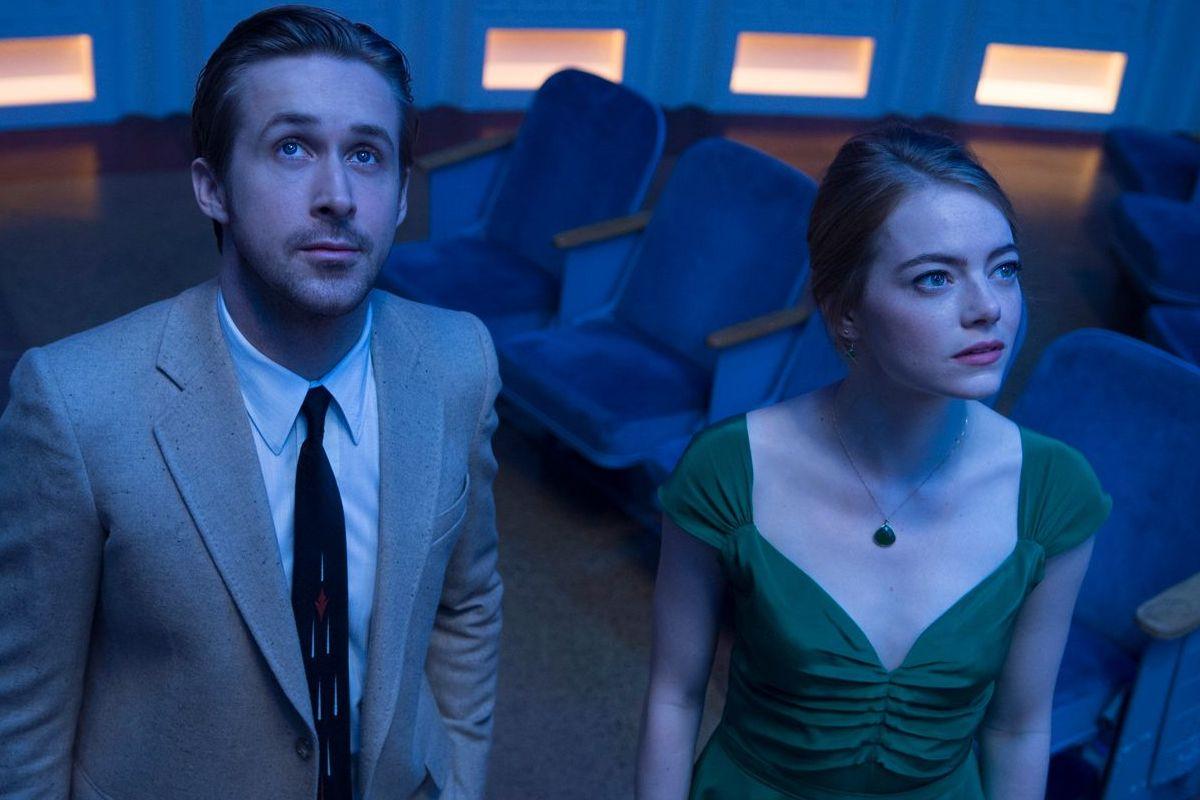 Ryan Gosling y Emma Stone, en el Observatorio Griffith de Los Ángeles en una escena de La, La, Land (lalaland.movie)