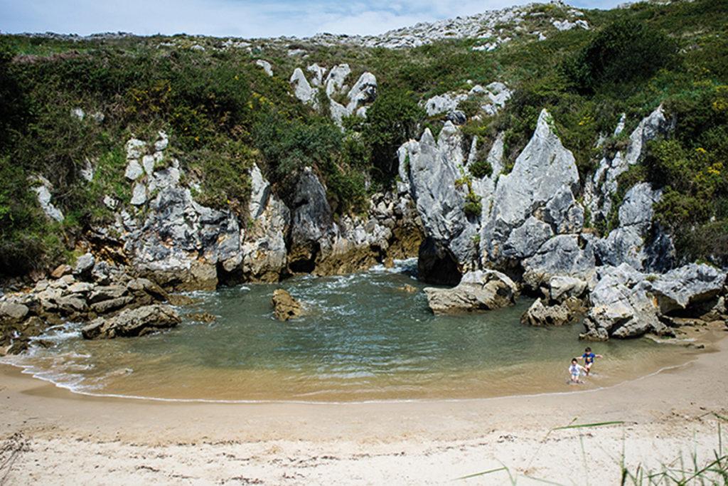 La Playa de Gulpiyuri es muy famosa por su original morfología (www.turismoasturias.es)
