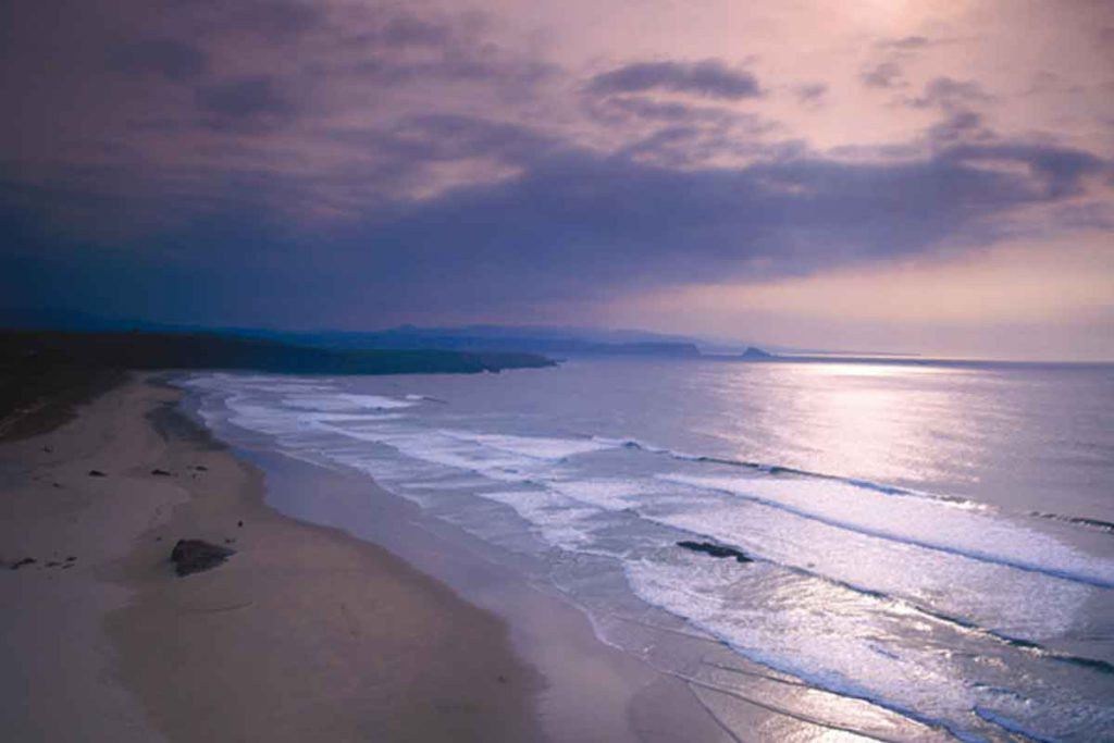 El arenal de Xagó tiene unos 2 kilómetros de longitud (turismoasturias.es)