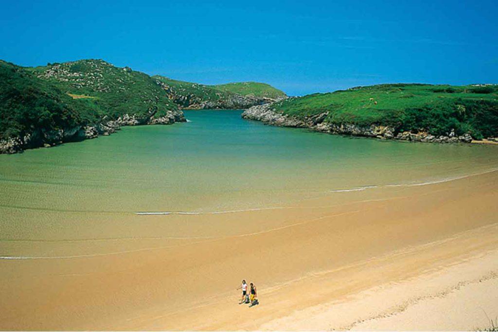 Increíble la playa de Poo con su forma de embudo (turismoasturias.es)