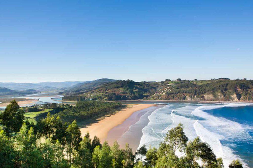 La playa de Rodiles está en la Reserva Natural de la Ría de Villaviciosa (turismoasturias.es)