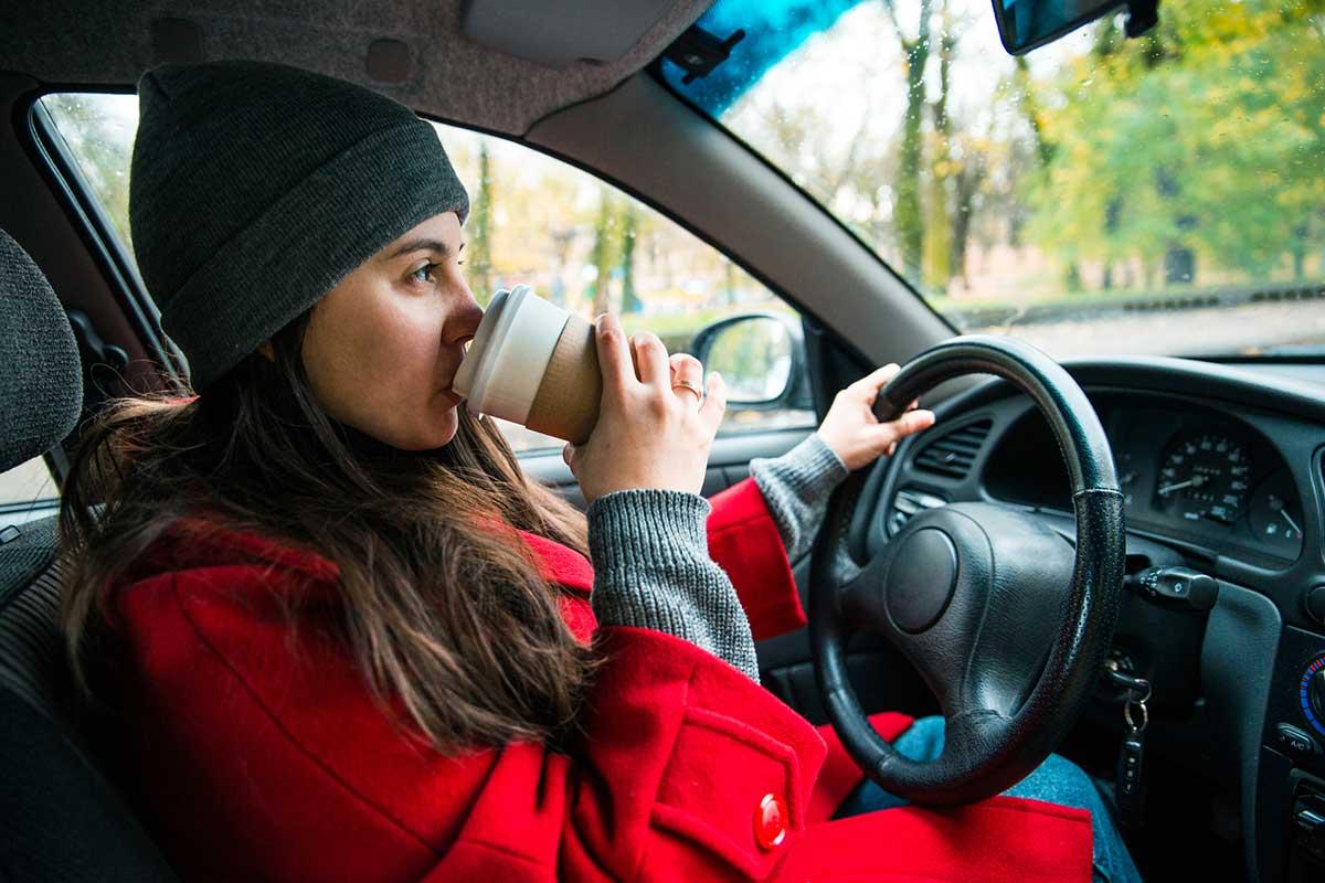 Si tomas café o refrescos con cafeína, hazlo con moderación... ¡y no bebas en marcha! (iStock)