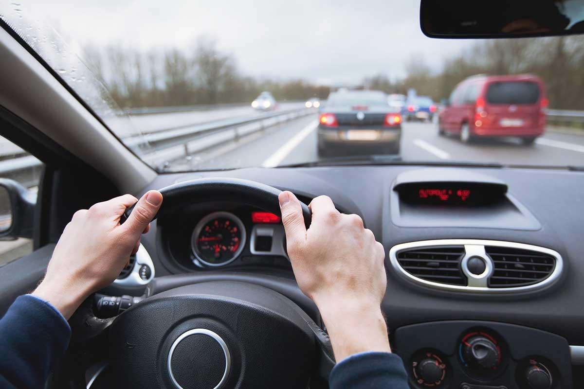 Otra de las cosas que no hacer en un viaje es no respetar la distancia mínima entre vehículos (iStock)