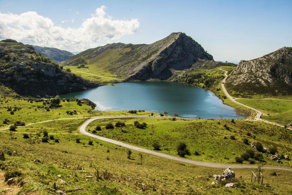 A pocos kilómetros del la basílica de Covadonga haydos lagos espectaculares (iStock)