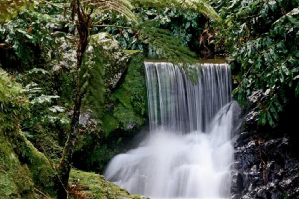 Las cascadas se suceden en el parque de la Ribeira dos Caldeirôes (visitazores.com)