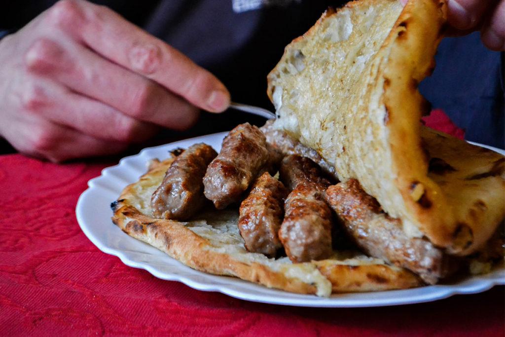 El cevapi es uno de los platos típicos de Croacia (iStock)