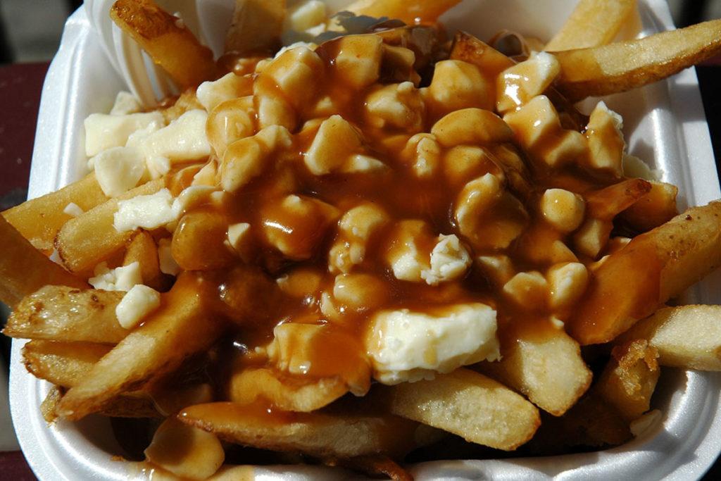 Es una generosa porción de patatas fritas servidas con abundante queso cheddar y salsa de carne (Wikimedia Commons)