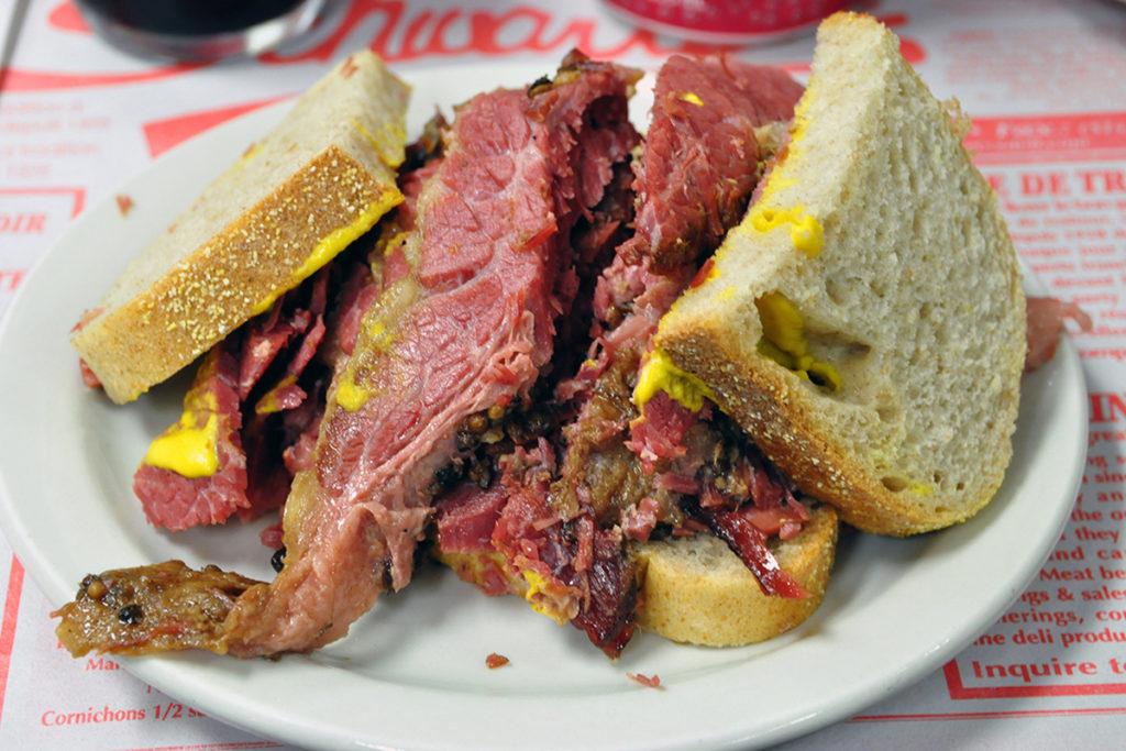 Es el clásico sándwich de carne ahumada, originario de Montreal (Wikimedia Commons)