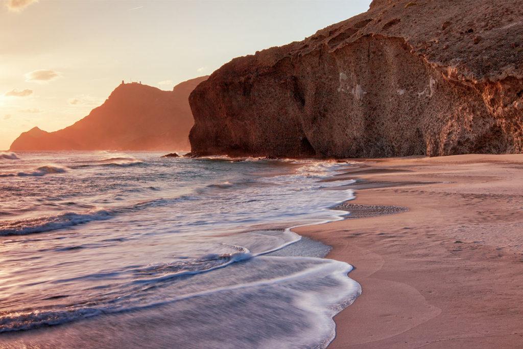 Algunas escenas de Indiana Jones y la última cruzada se grabaron en la playa del Mónsul (iStock)