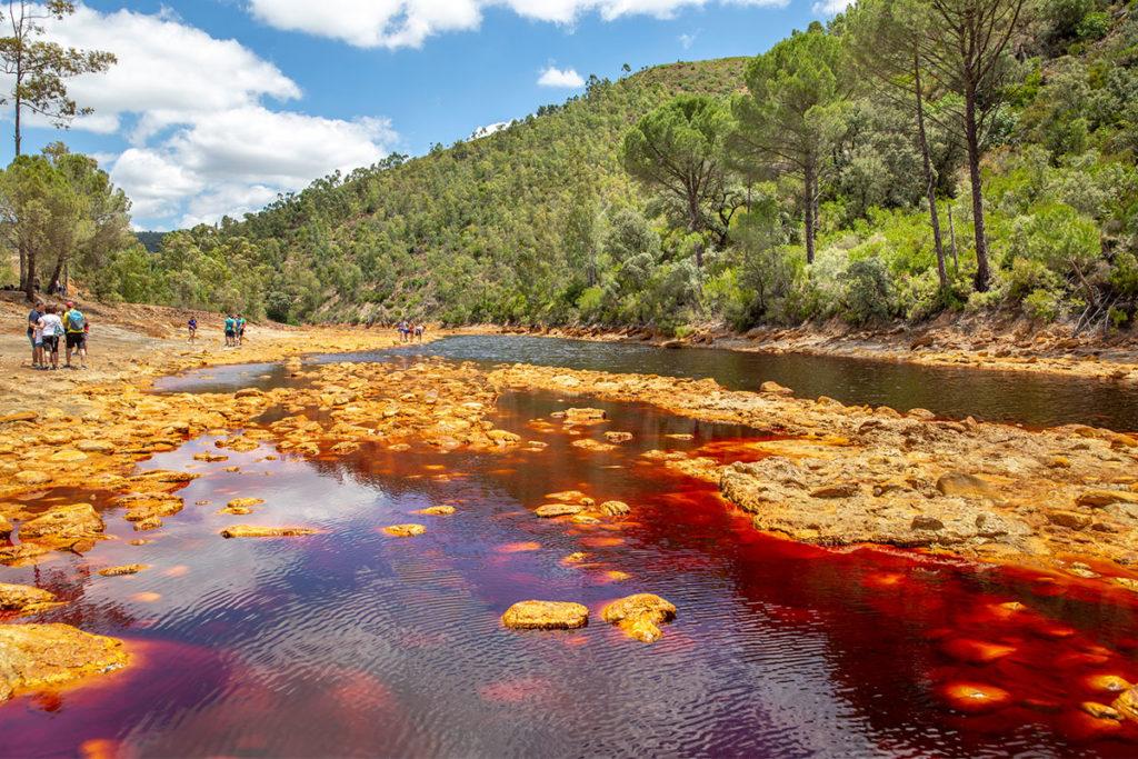 Las sales y el sulfato otorgan este espectacular color al río Tinto (iStock)