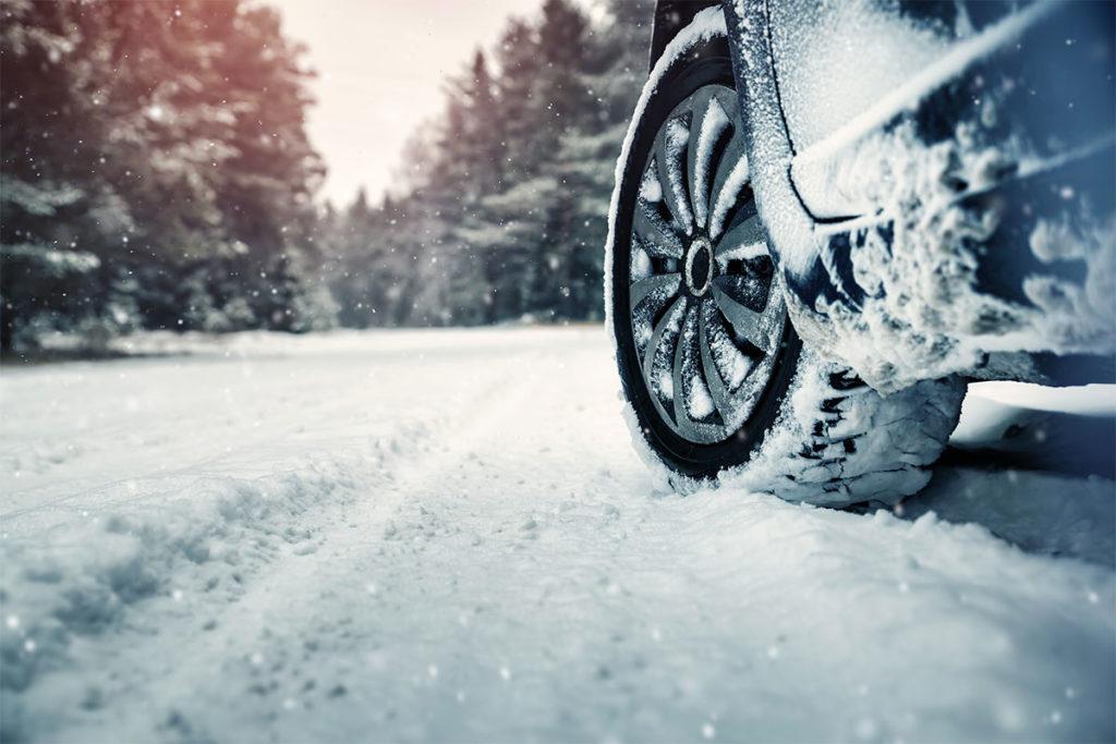 Revisa el dibujo y la presión de los neumáticos (iStock)