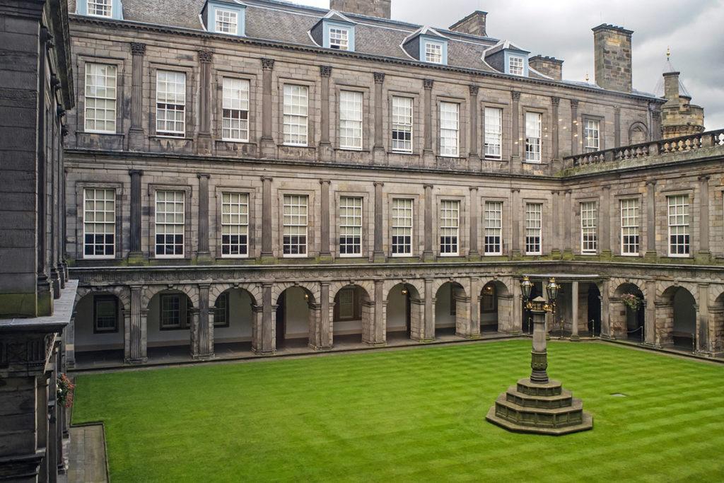 El Palacio de Holyroodhouse es la residencia oficial de la Reina de Inglaterra en Escocia (Pixabay)