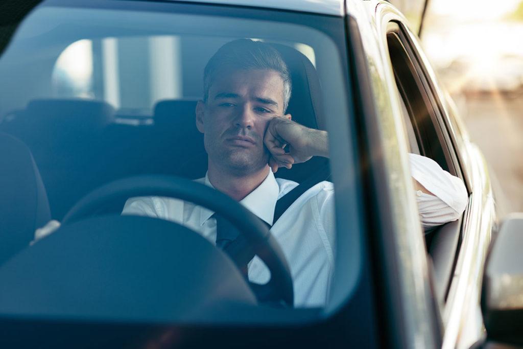 Conducir de manera automática, sin adaptarnos al estado del tráfico, es uno de los síntomas de que aparece la fatiga al volante (iStock)