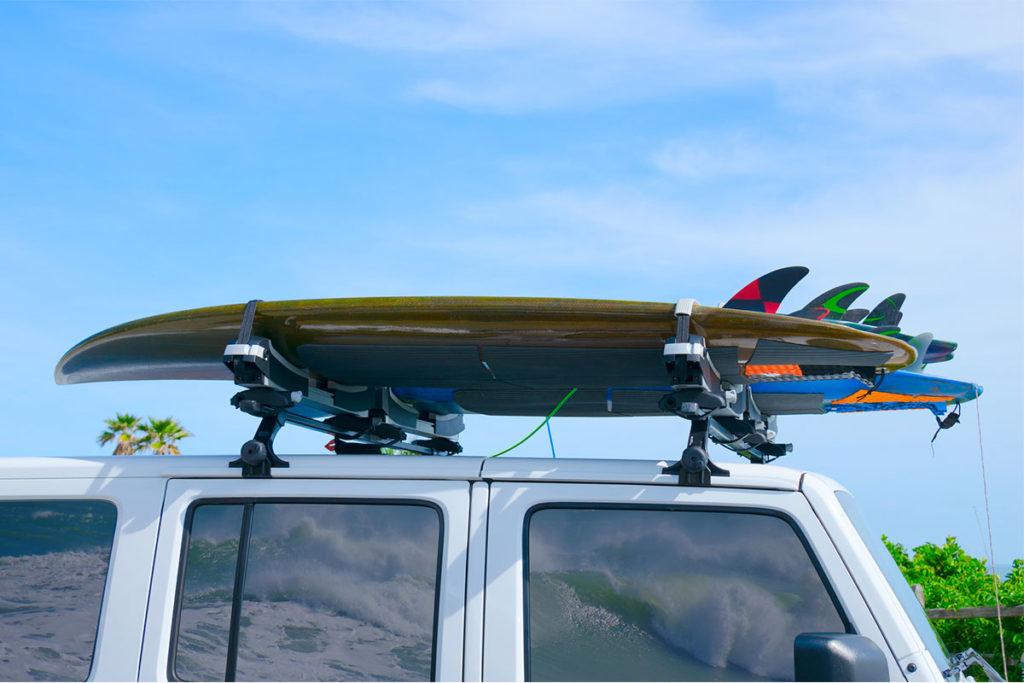 Baca rígida o baca blanda son las dos principales alternativas para llevar la tabla de surf en el coche (iStock)