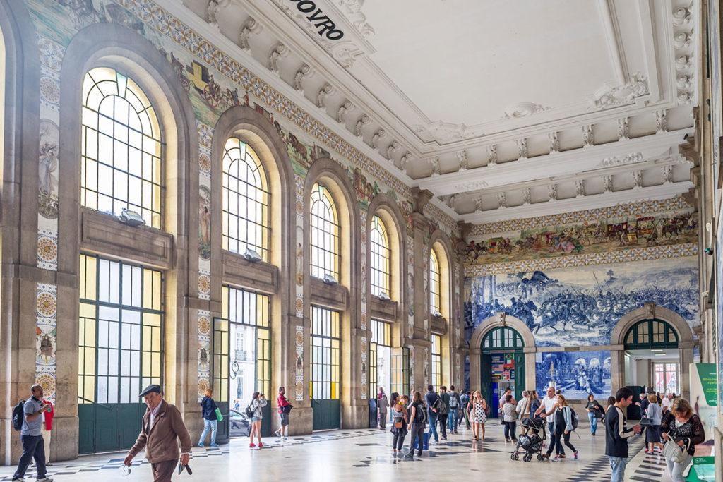 Más de 20.000 azulejos adornan el hall de la impresionante estación de San Bento (iStock)
