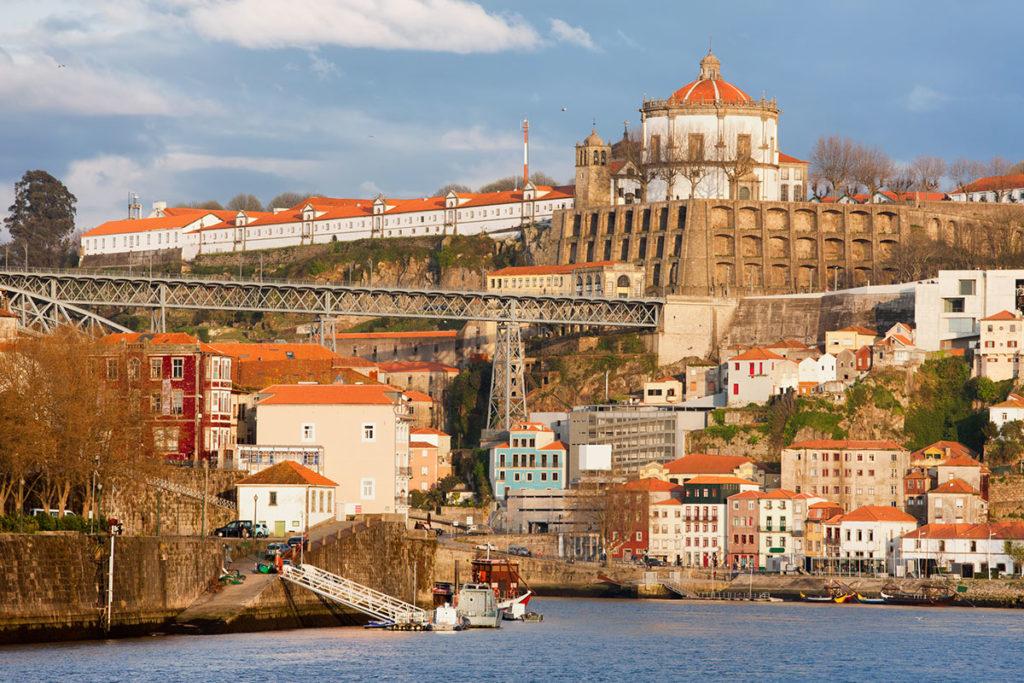 Vila Nova de Gaia, en la margen izquierda del Duero, es la ciudad de las bodegas del vino de Oporto (iStock)
