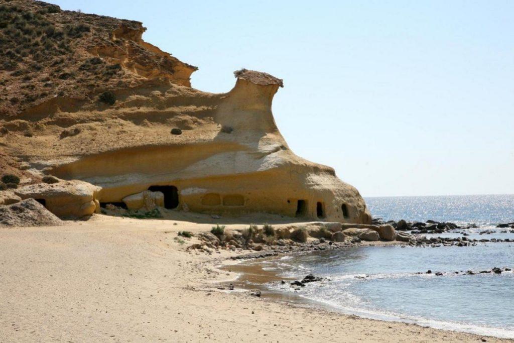Los famosos acantilados de la Playa de los Cocederos (www.pulpi.es)