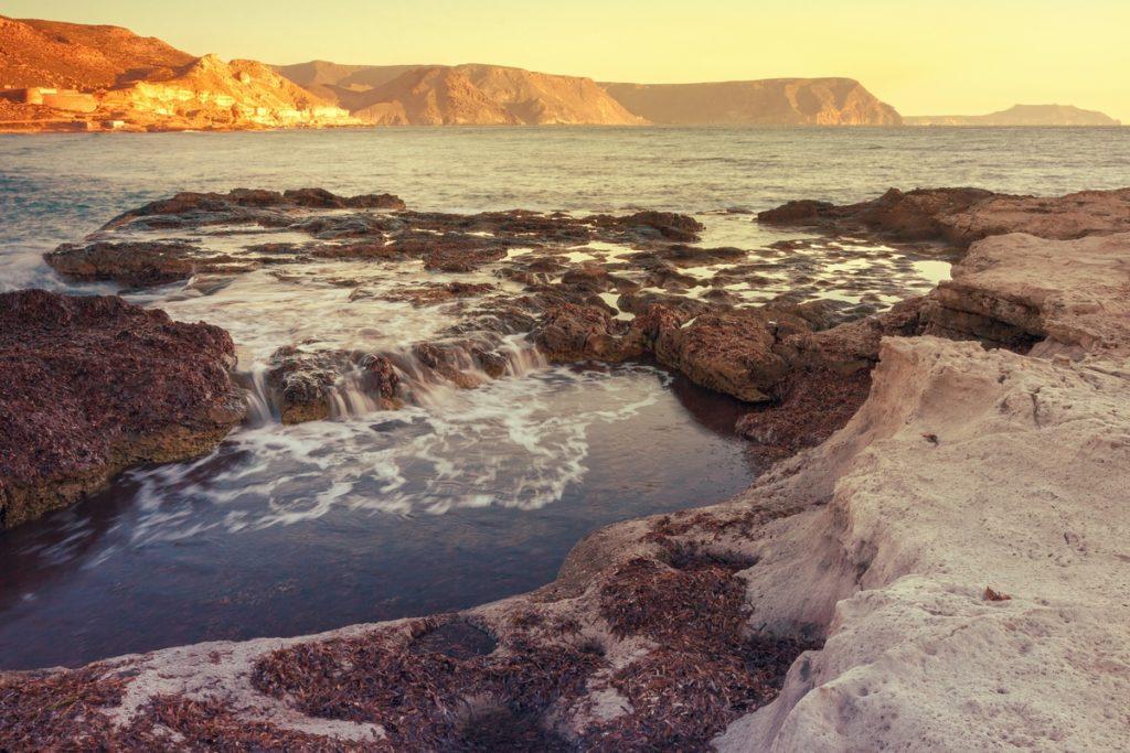 La Playa del Playazo es perfectamente accesible desde el sendero de los acantilados La Molata (iStock)
