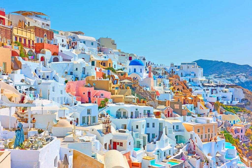 Oia está en la isla de Santorini (iStock)