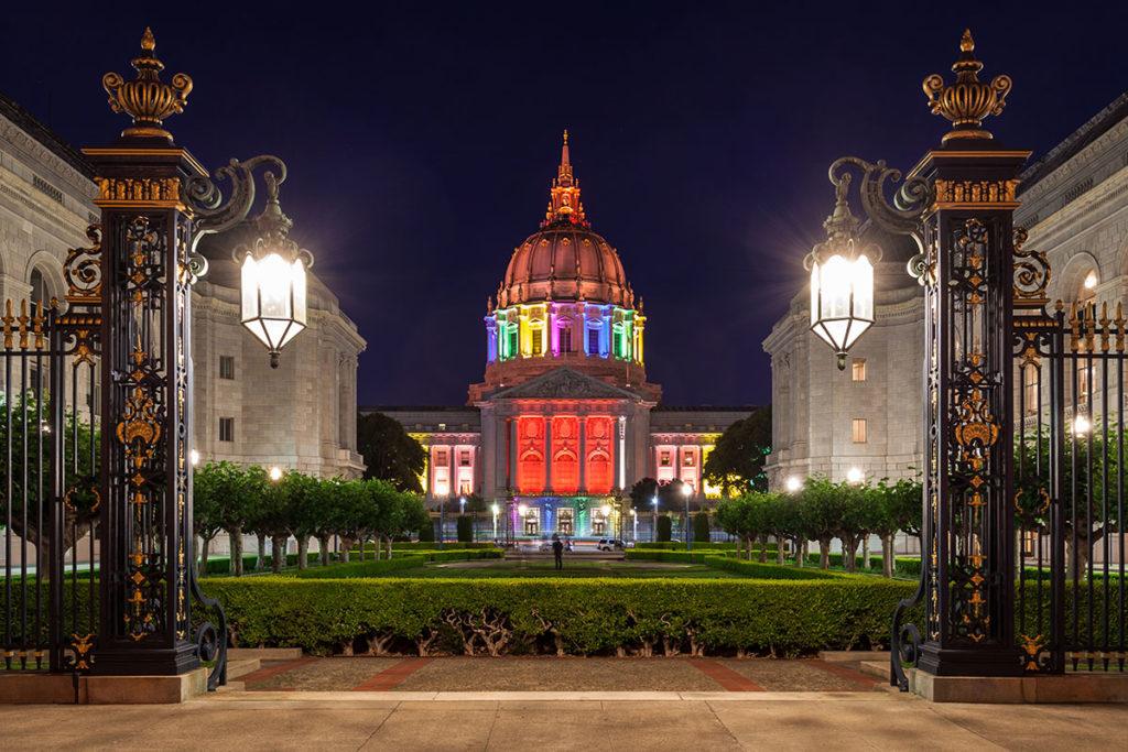 El Ayuntamiento de San Francisco luciendo la bandera arcoíris (iStock)